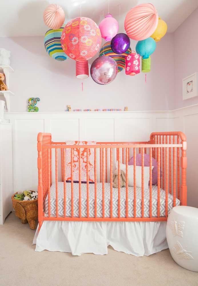 Para deixar o ambiente mais colorido e alegre, pendure algumas bolas no teto do quarto do bebê, de preferência na direção do berço para chamar a atenção da criança.