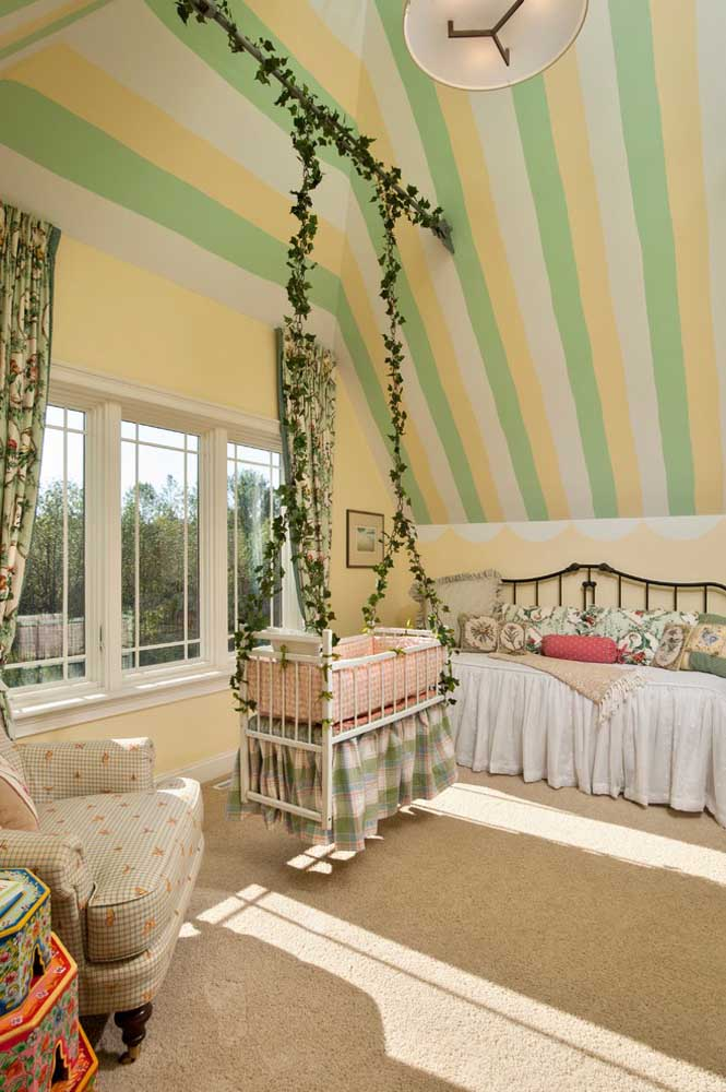 Se você deseja fazer uma decoração completamente diferente para o quarto do bebê, pendure o berço pequeno em cordas no formato de galhos. O efeito é surpreendente!