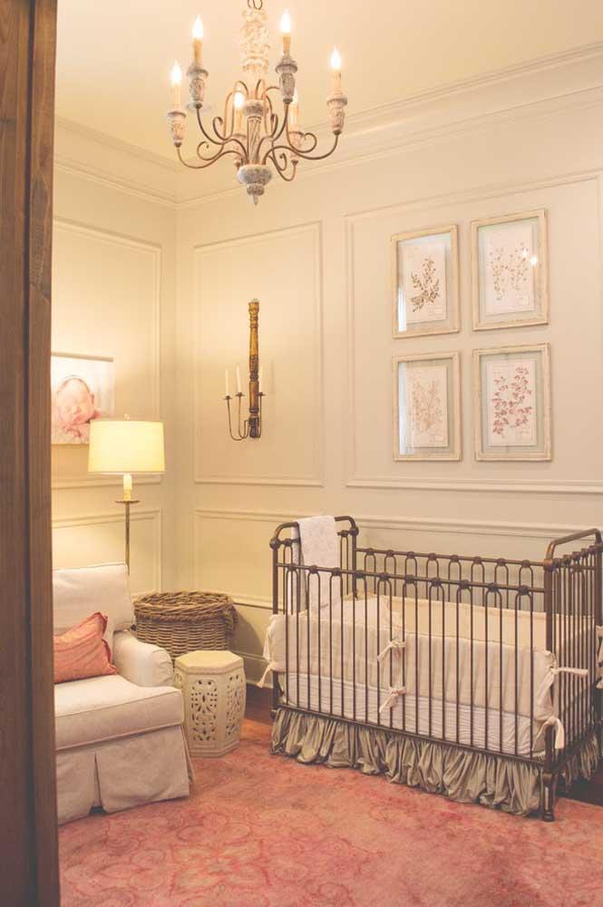 Para um quarto no estilo vintage é importante escolher móveis adequados para esse ambiente como o berço feito de metal e um lindo lustre para iluminar o local.