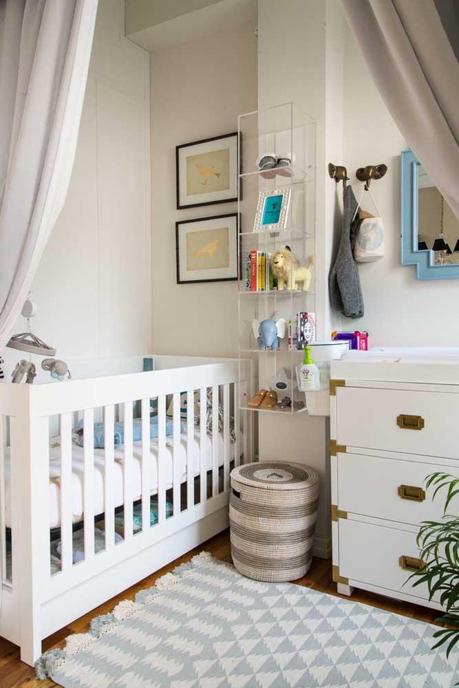 Não é todo quarto de bebê que se tem espaço para fazer uma bela decoração. Nesse caso, use um nicho de metal para colocar alguns itens decorativos.