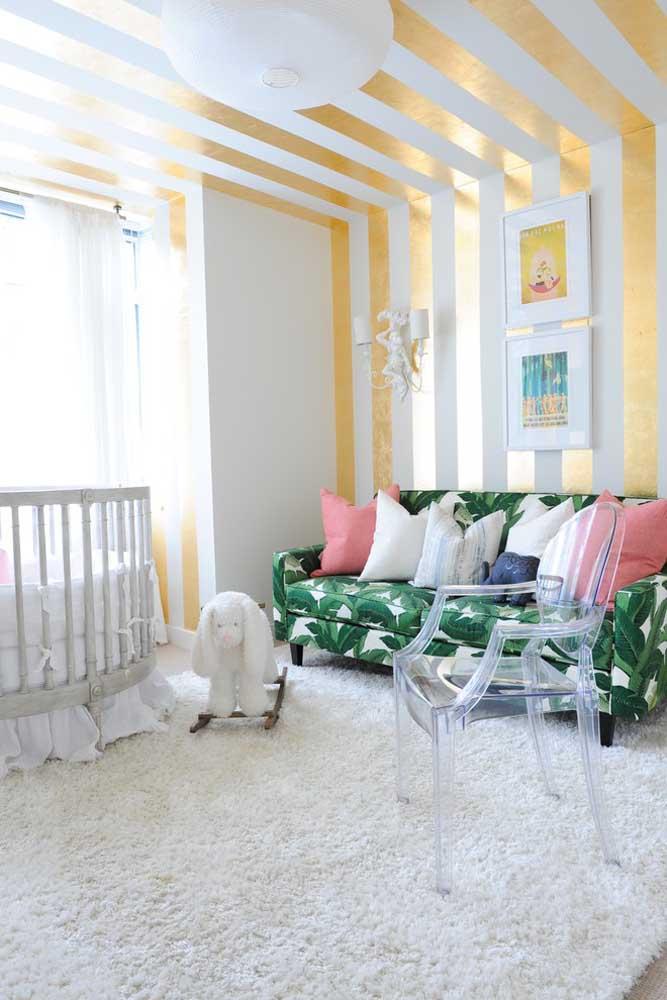 Um sofá com estampa diferente dá o toque especial para o quarto de bebê.