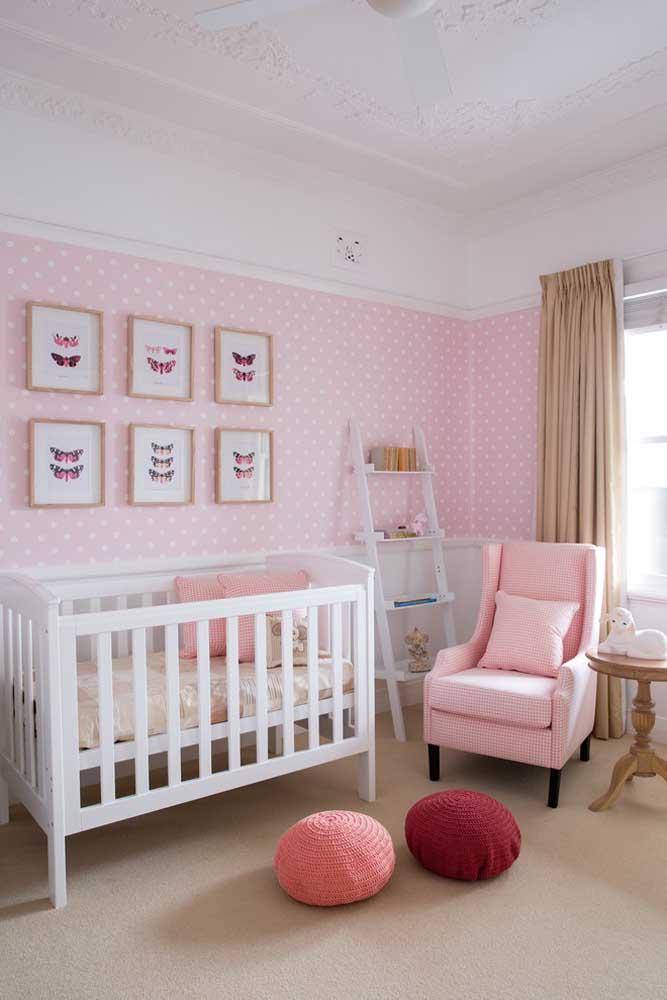 Para o quarto de bebê feminino mais tradicional, o papel de parede na cor rosa com bolinhas brancas não pode faltar.