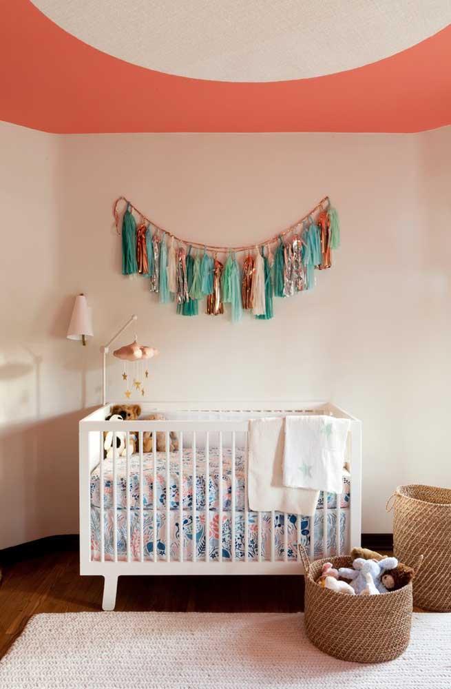 Use cores que combinam entre si na hora de pintar a parede e o teto do quarto do bebê.