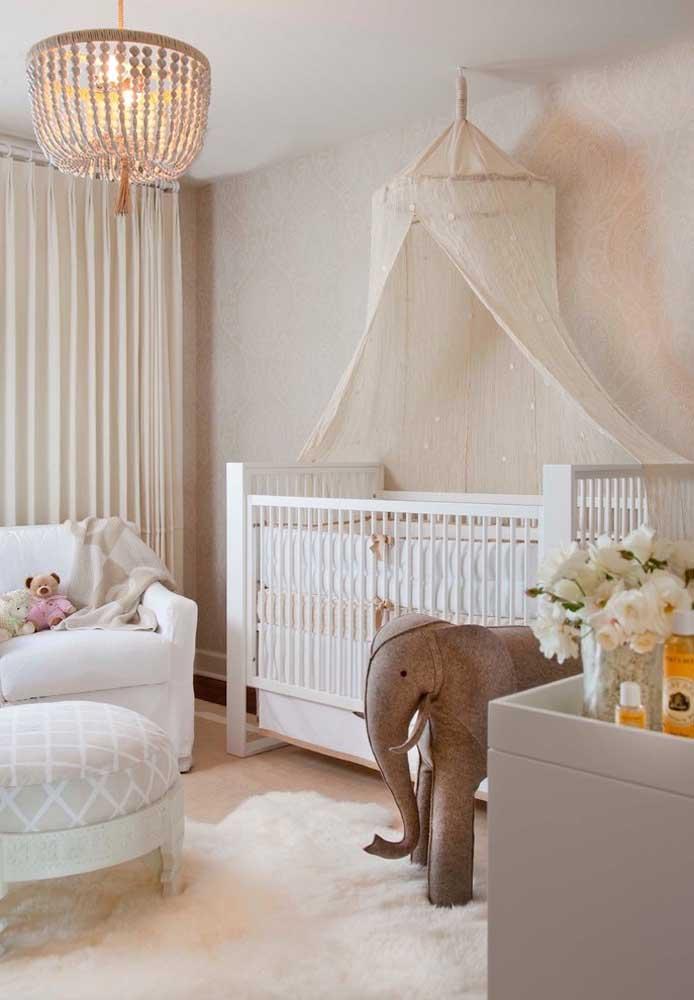 Um mosquiteiro e um tapete mais sofisticado dão o toque especial para a decoração do quarto.