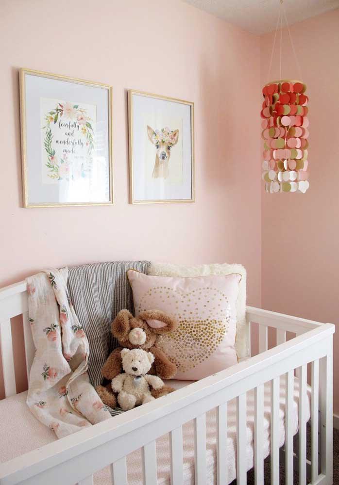 Bebês adoram objetos chamativos e coloridos. Pendure algum que faça barulho e seja colorido próximo ao berço.