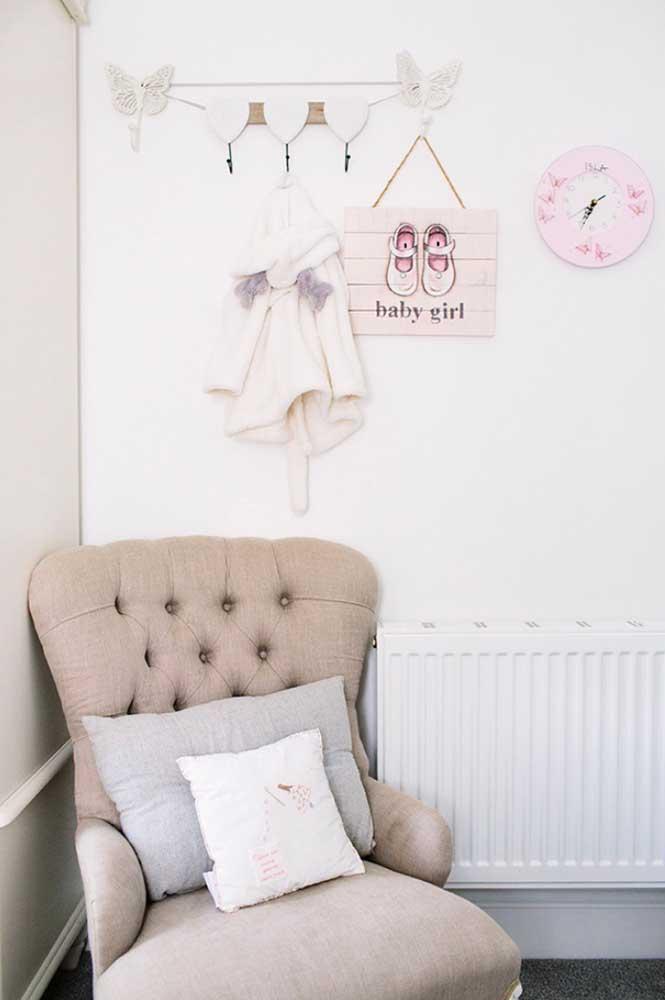 Elementos singelos ficam perfeitos na hora de compor a decoração do quarto de bebê feminino.
