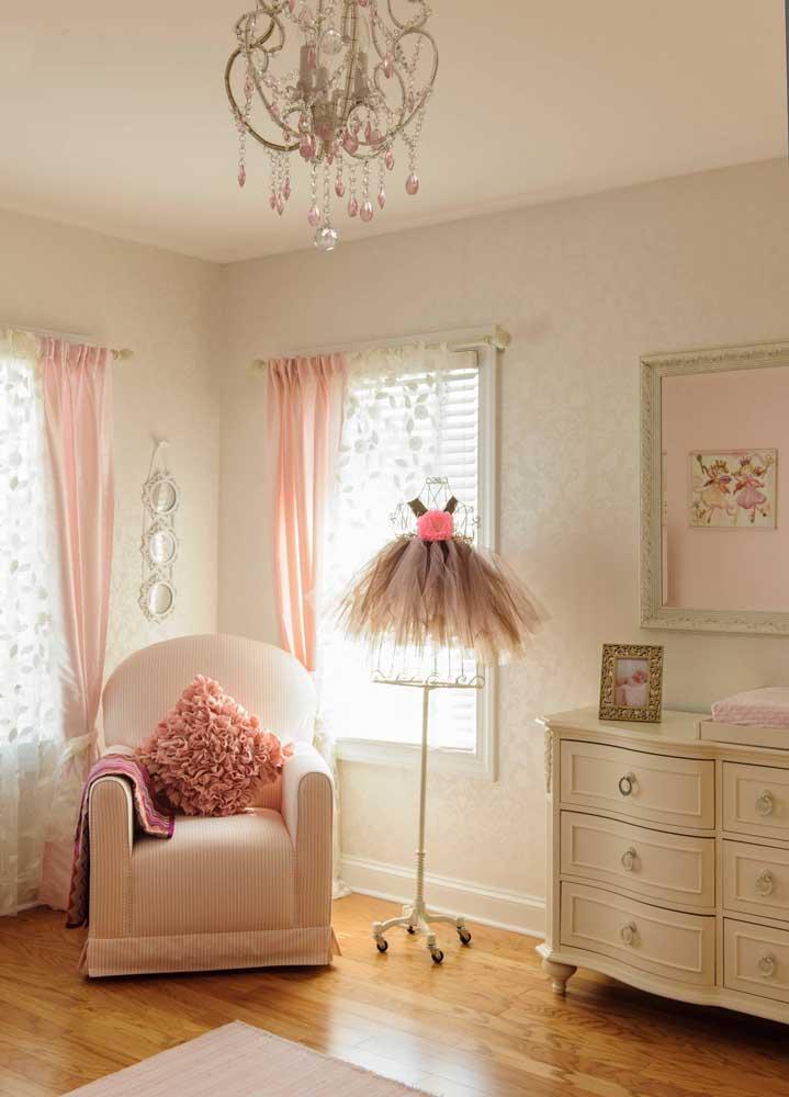 Tem coisa mais feminina do que vestido? Decore o quarto da bebê com essa peça, usando a cor rosa em diferentes tonalidades.