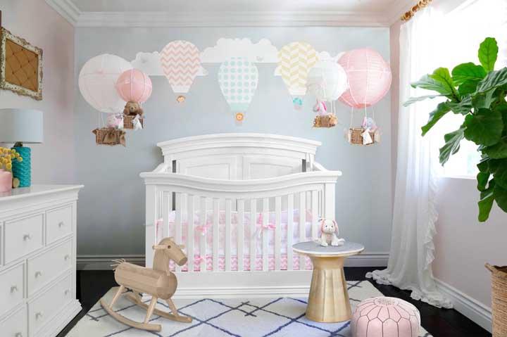 O mesmo tema balão é usado nessa decoração de uma forma mais suave e lúdica.