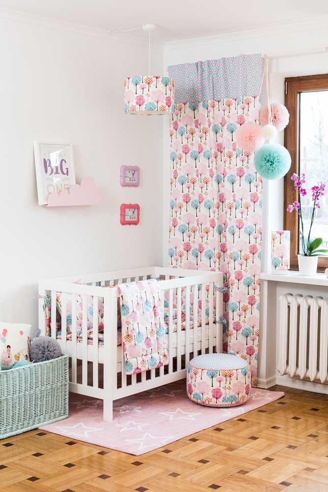 Use algumas peças coloridas para decorar o quarto de bebê feminino para deixar o ambiente mais vivo e alegre.