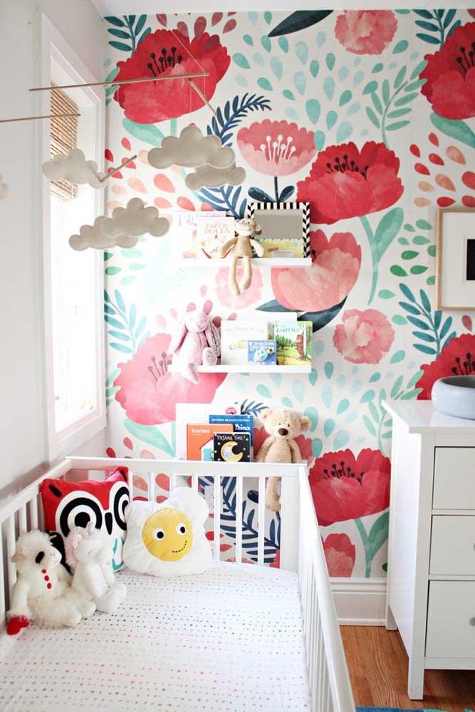 Você também pode pintar a parede com flores de formatos, tamanhos e cores diferentes. O resultado é uma parede chamativa e encantadora.