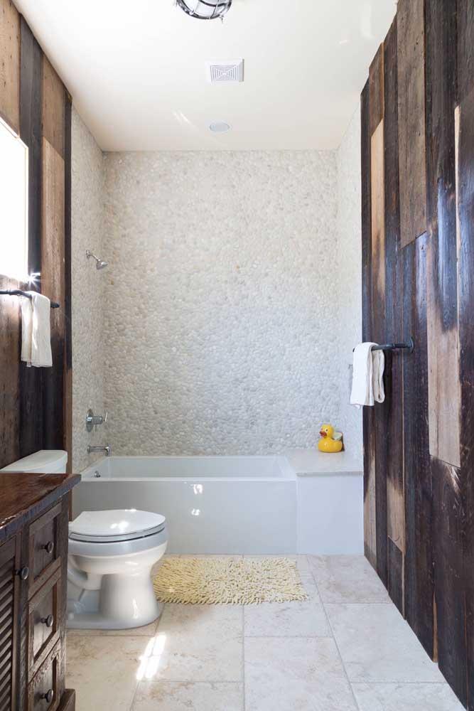 Imitando mármore, o revestimento embala o banheiro de elegância e sofisticação