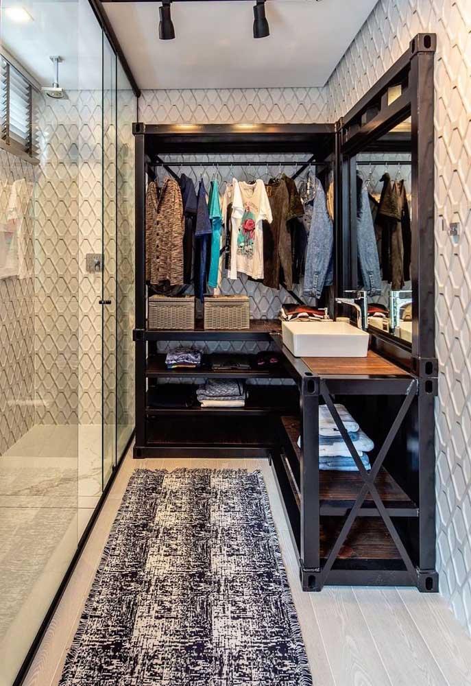 Closet e banheiro compartilham do mesmo revestimento