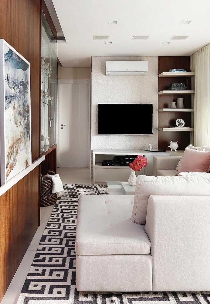 O revestimento 3D branco contribui para deixar a sala mais clean e com o mínimo de informações visuais