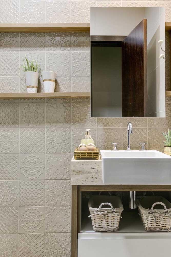 A delicadeza das formas desenhadas no revestimento forma uma combinação harmoniosa com o restante da decoração do banheiro