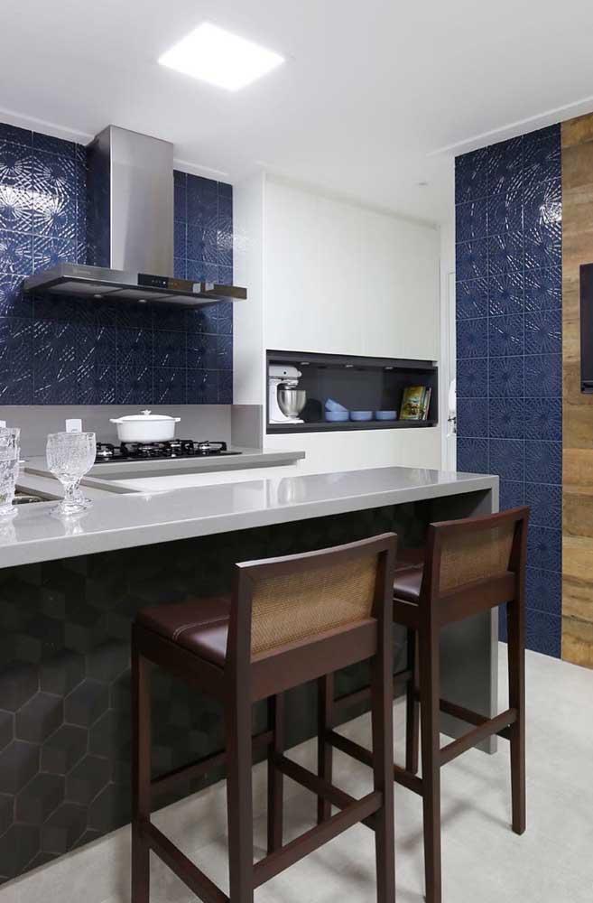 A combinação de branco com azul é a garantia para a criação de um ambiente elegante e refinado; os pequenos detalhes 3D no revestimento são notados de forma discreta