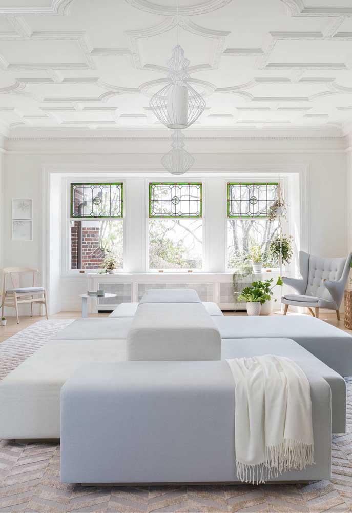 Menos comum, o revestimento 3D no teto forma uma mistura lúdica e criativa de diferentes formas geométricas abstratas para criar um ambiente clássico e elegante