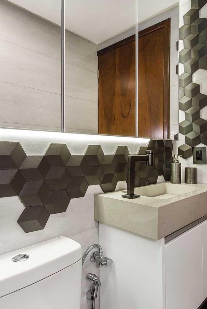O revestimento 3D traz um jogo de contrastes moderno para esse pequeno banheiro