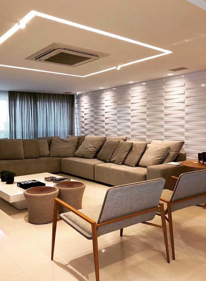 Nessa sala, o revestimento 3D provoca um efeito de amplitude além de reforçar o aspecto aconchegante e acolhedor criado pela iluminação