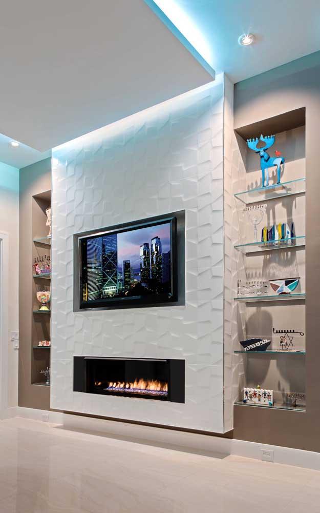 O teto rebaixado de gesso combinado com a textura 3D cria um ambiente elegante, mas ao mesmo tempo jovial