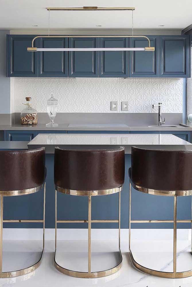 O azul petróleo, em combinação com os pequenos detalhes da textura 3D, cria um ambiente convidativo e muito acolhedor