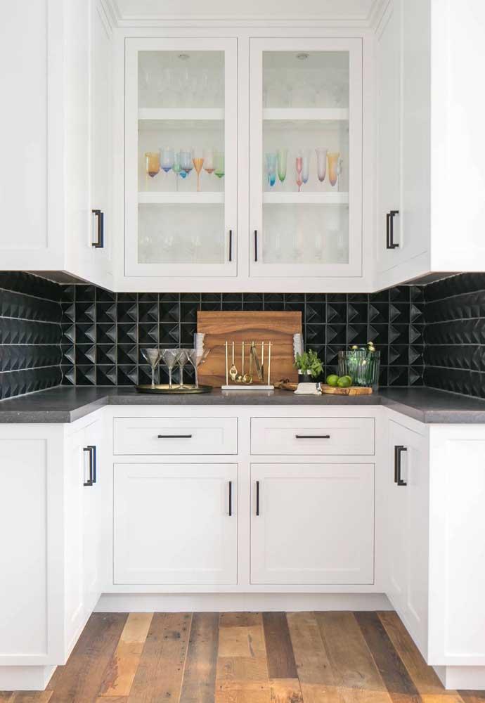 Uma pequena faixa de revestimento 3D preto tira a cozinha do usual branco de sempre