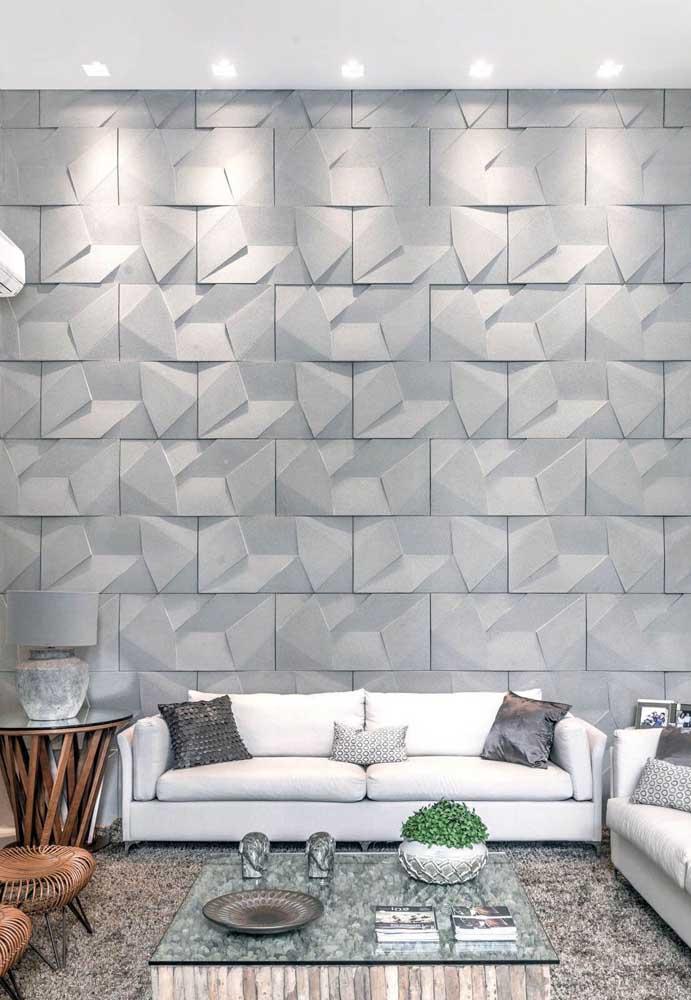 As pequenas luzes na parede criam um jogo de luz junto com a textura geométrica da parede, dando a impressão de que a sala é maior do que aparenta