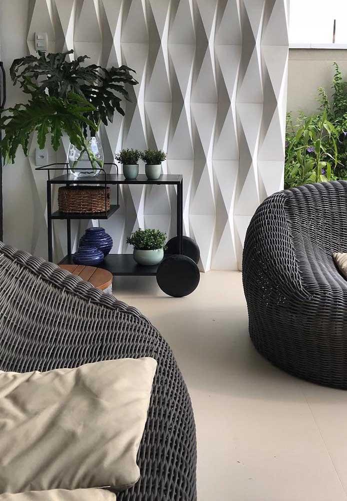 Nessa área externa, o revestimento em 3D completa a decoração garantido um toque extra de conforto e elegância