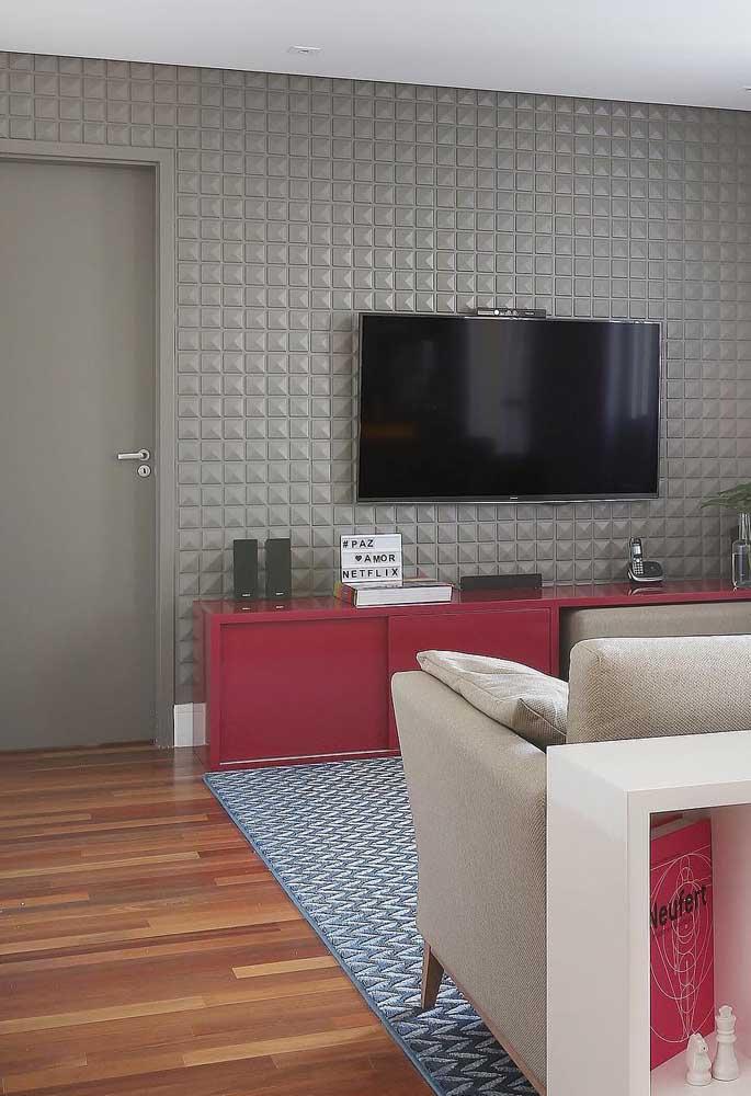 As pequenas formas em cinza destacam a TV e criam um ambiente refinado para a sala; uma ótima opção para quem deseja criar uma parede de impacto, mas sem pesar visualmente na decoração