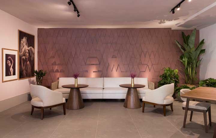 Nessa sala, tudo flui para um ambiente refinado e de bom gosto; o revestimento 3D vem apenas para reforçar essa sensação