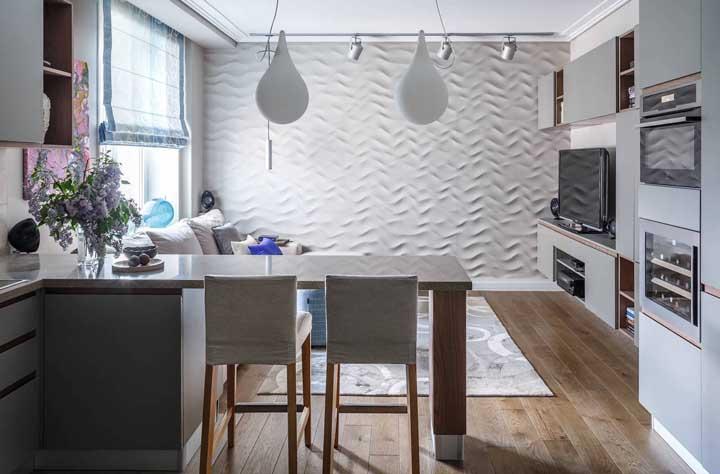 A cor e o volume branco do revestimento 3D reforçam a proposta de um ambiente claro, neutro e mais amplo