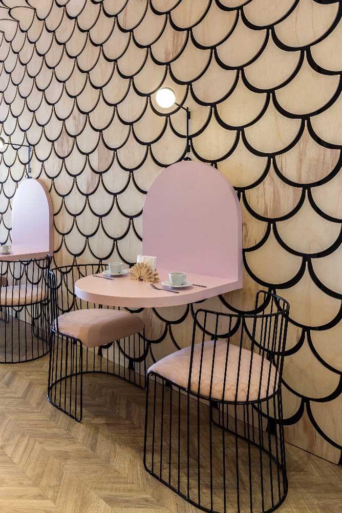 Combinado com móveis de cores claras, esse revestimento dá um toque de ousadia e modernidade ao ambiente sem perder o toque romântico e delicado