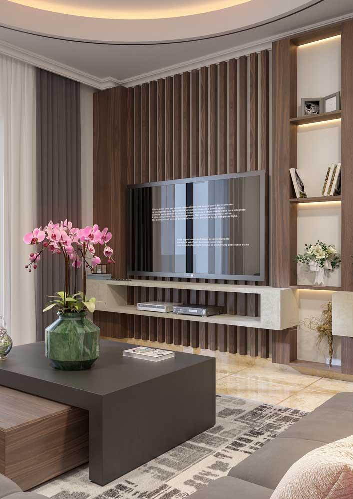 O painel da TV totalmente diferenciado dá o toque mais moderno à sala de estar. O modelo tecnológico da TV complementa a decoração.