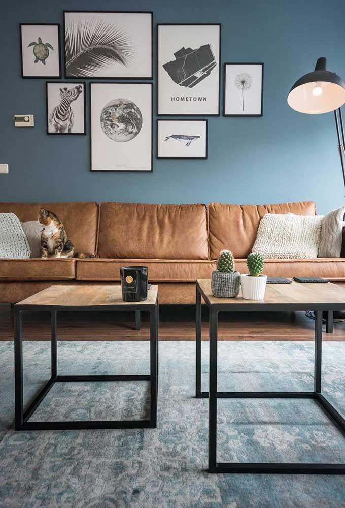 Escolha alguns quadros com figuras diferenciadas para fazer uma decoração mais moderna para a sala de estar.