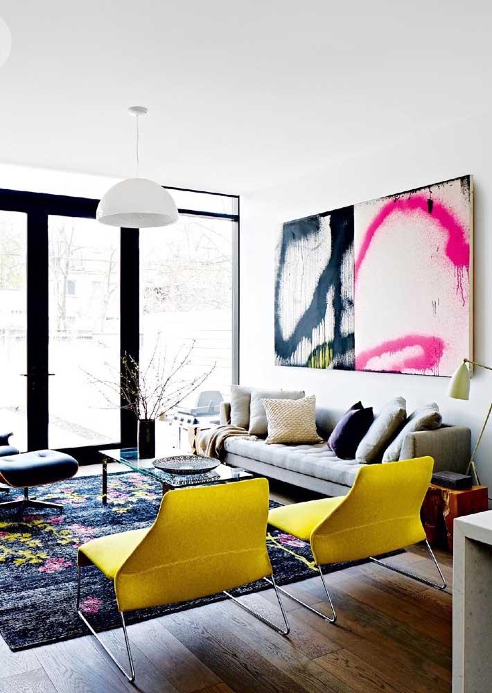 Nesse caso, a combinação do quadro, a estampa do tapete e os modelos usados nos móveis fizeram com que a sala de estar ganhasse mais personalidade.