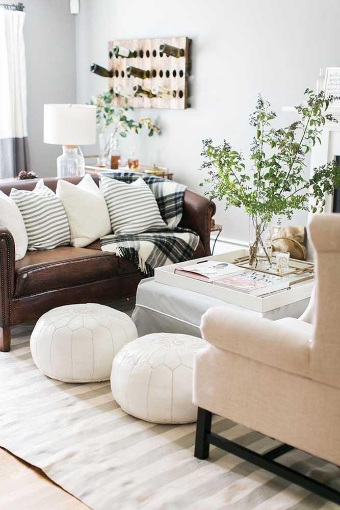 A mesa de centro é um item obrigatório para quem deseja ter uma sala de estar mais moderna. Nesse modelo, o vaso com planta deu um toque todo especial ao ambiente.