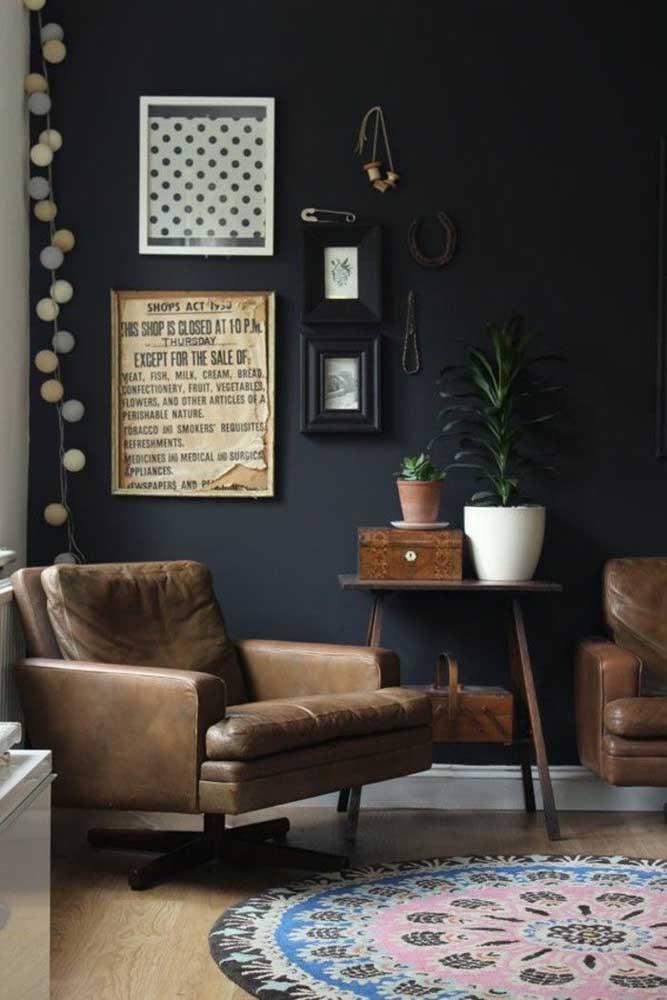 Quem disse que os móveis antigos não podem deixar um ambiente mais moderno? Basta conferir a escolha dos móveis e a disposição deles no cômodo.