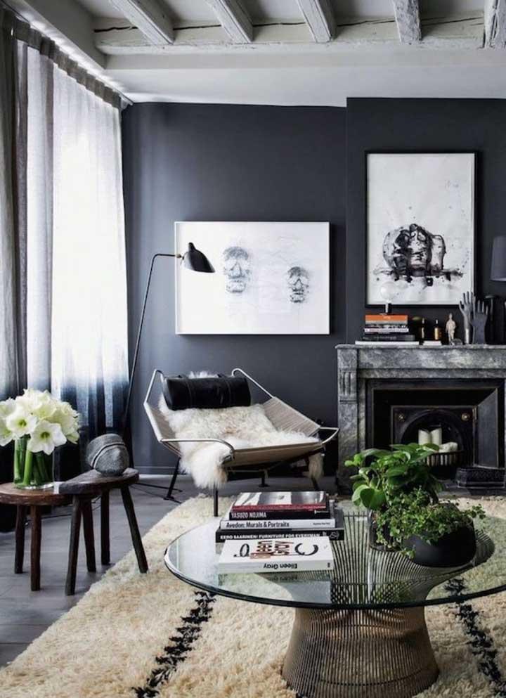 Impressionante como a parede pintada na cor preta deixa o ambiente mais sóbrio e moderno. Portanto, se deseja um ambiente nesse estilo, ouse com uma parede dessas.