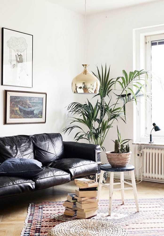 Para deixar o ambiente mais sofisticado e moderno, basta colocar uma luminária pendente no centro da sala de estar.