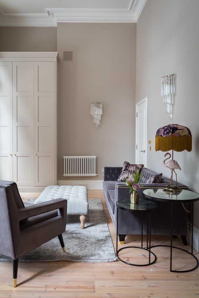 Se você quer ter um ambiente mais glamoroso e cheio de pompa, aposte em elementos decorativos que sigam a mesma linha.