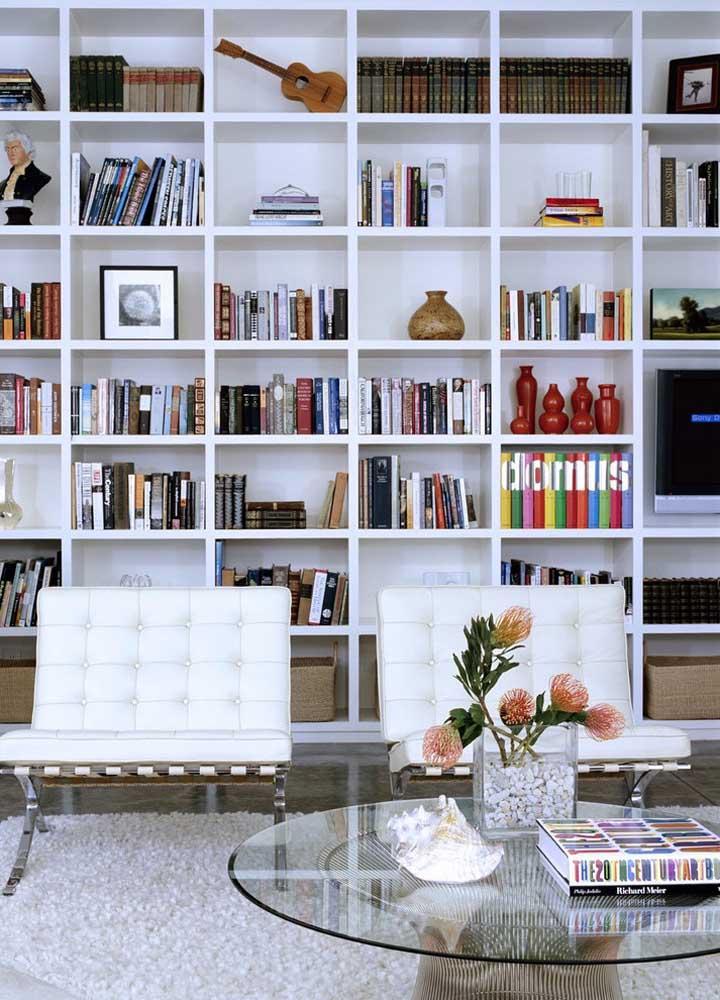 A tradição da estante de livros com o design usado nos móveis faz uma perfeita combinação na decoração dessa sala de estar.