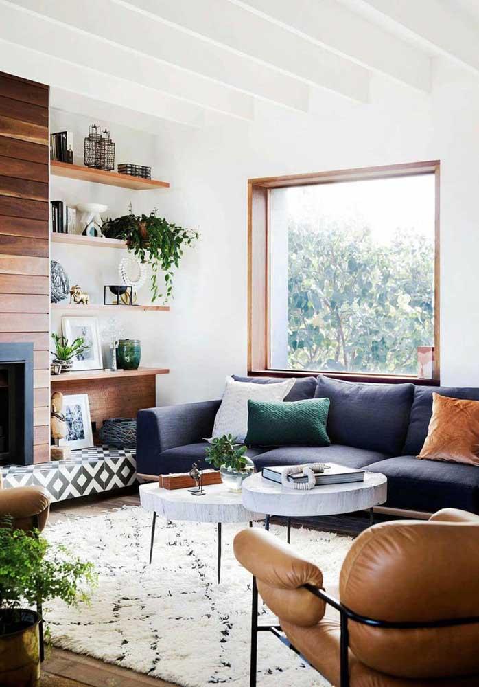 Mais uma vez os móveis de madeira conseguem fazer uma grande diferença na decoração da sala de estar.