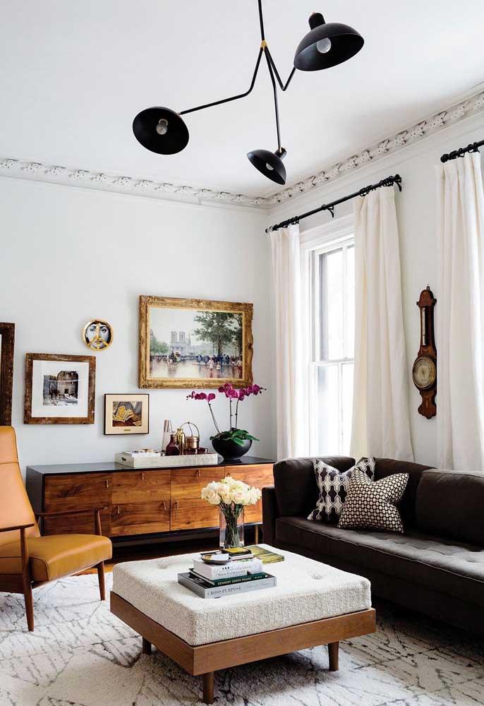 Da mesma forma acontece nessa decoração, mas com um toque especial da luminária, da mesa de centro e da estampa do tapete.