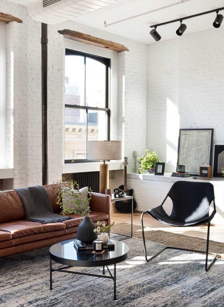 A parede de tijolos é uma ótima opção para quem deseja fazer uma decoração moderna para a sala de estar.