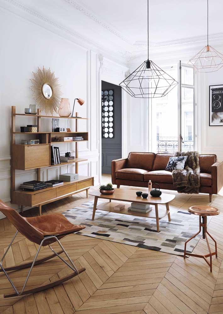 Apenas um modelo de luminária consegue deixar a decoração da sala de estar mais moderna. O mais interessante é como ela combina com os móveis do ambiente.