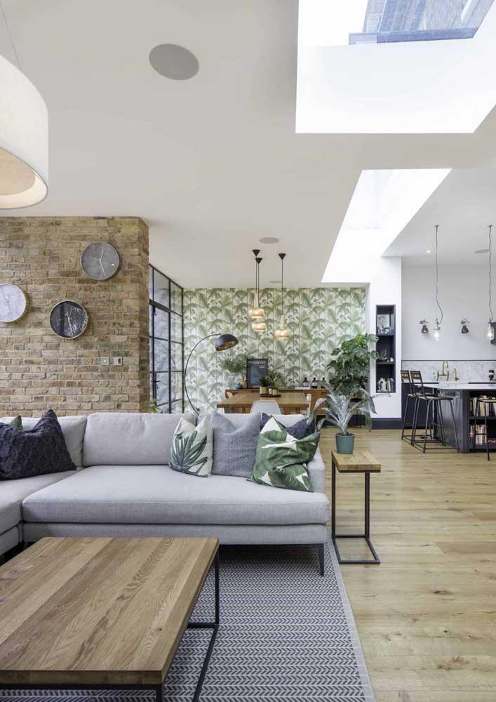 Que tal usar texturas e estampas diferentes em cada parede da sala? O resultado é um ambiente mais descontraído e ao mesmo tempo muito moderno.