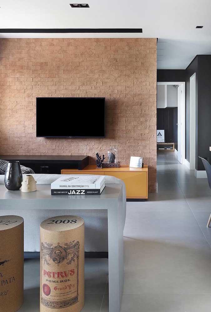 Uma grande tendência de decoração é fazer uma parede de tijolos para colocar a TV da sala de estar.