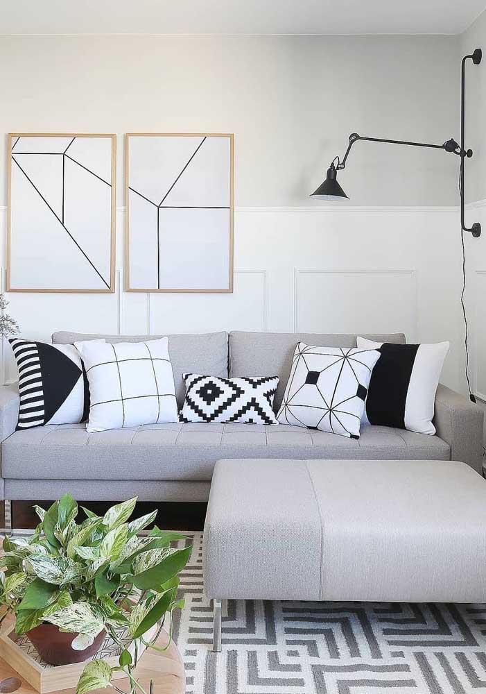 Brinque com os mais diferentes desenhos das almofadas da sala de estar, mas é preciso combinar com o tom do sofá.