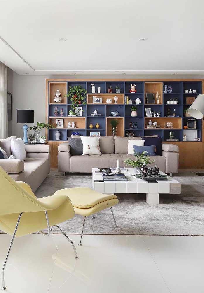 Já pensou em usar uma estante com duas cores para decorar a sala de estar? Olha o resultado como fica perfeito!
