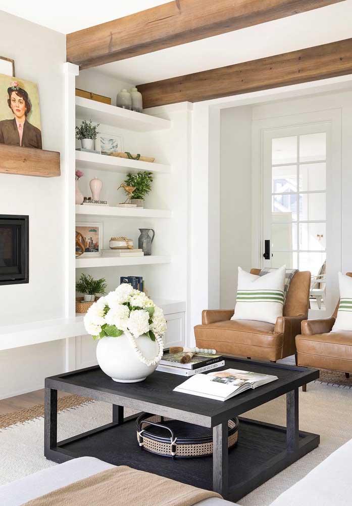 A combinação de cores e tipos de materiais é importante na hora de fazer uma decoração mais moderna para a sala de estar.