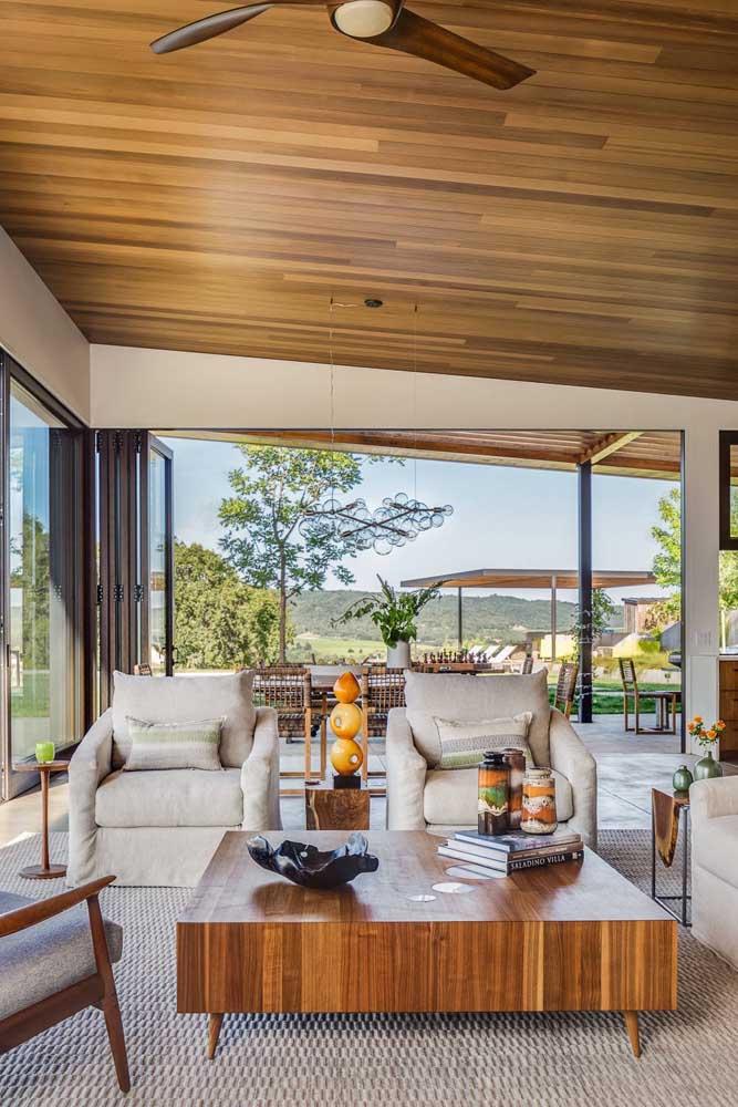 Quem tem uma casa na praia ou no campo pode usar as paredes de vidro para deixar o ambiente mais charmoso.